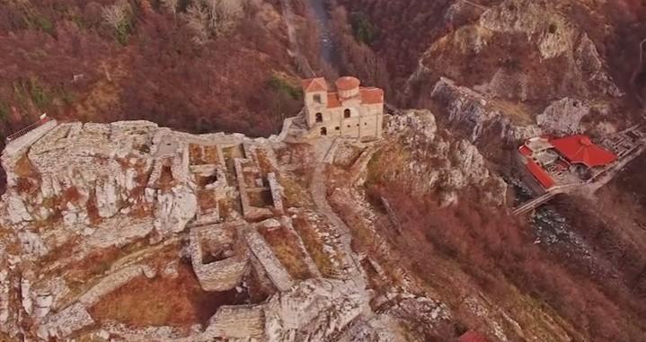 Тази гледка ни оставя без дъх! Да се насладим на красотата на Асеновата крепост, заснета от въздуха (ВИДЕО)