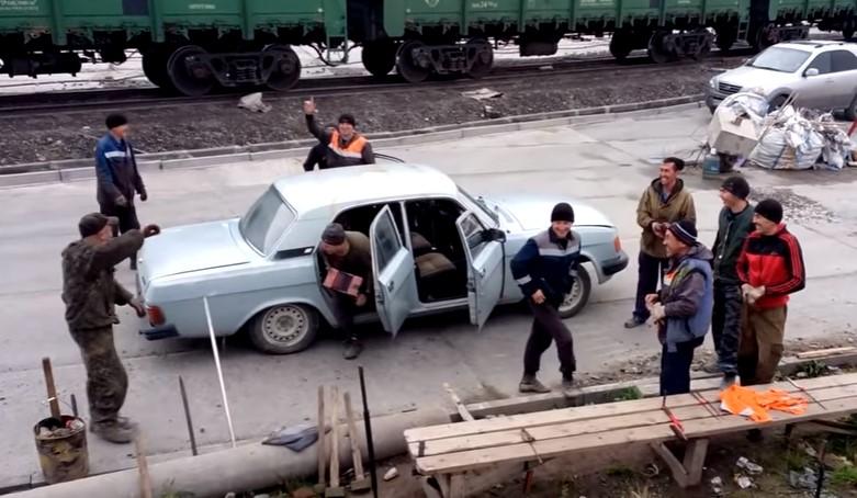 """Легендарната """"Волга"""" със световен рекорд! Вижте какво направиха тези руснаци (ВИДЕО)"""