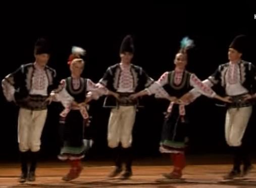 Радост за окото! Играли ли сте Селско шопско хоро? Вижте това прекрасно изпълнение (ВИДЕО)
