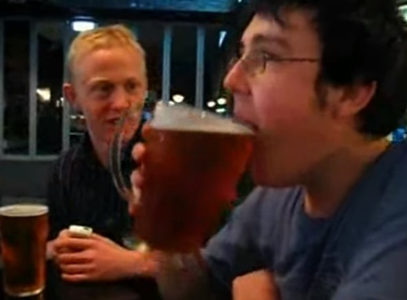 Той шокира приятелите си. Вижте какво направи с халба бира (ВИДЕО)