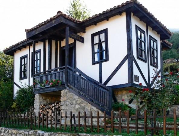 Баба Илийца е била реална историческа личност. Музеят в село Челопек къта първообраза на Вазовата героиня