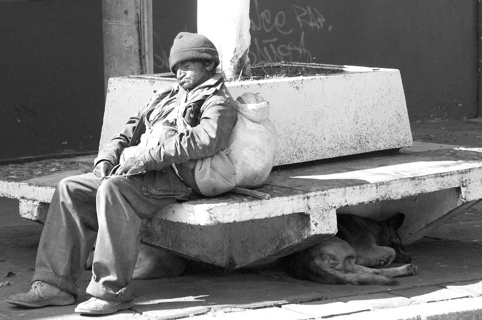 Този мъж 10 години живя като бездомник. Една жена се появи внезапно и всичко се промени завинаги