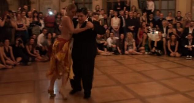 Въпреки че на този човек килограмите му бяха в повече, той съсипа публиката с неговото изпълнение (ВИДЕО)