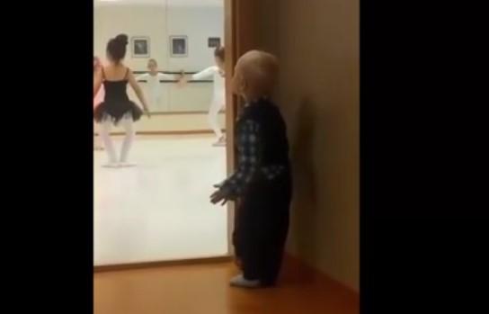 Това детенце се беше скрило и гледаше балета зад вратата. Само вижте как започна да имитира момичетата (ВИДЕО)