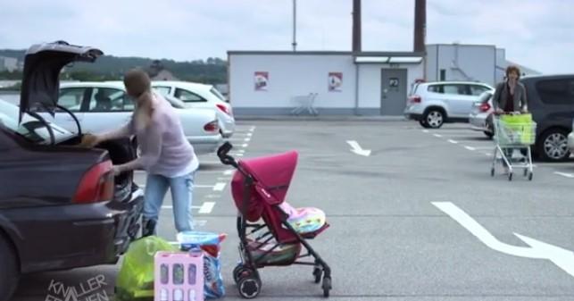 Майка товари бебешка количка в багажника на колата си. Но какво стана с бебето в нея? (ВИДЕО)