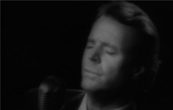 Когато си пуснете тази песен, ще си спомните страхотните моменти от вашия живот! Чуйте този галещ глас (ВИДЕО)