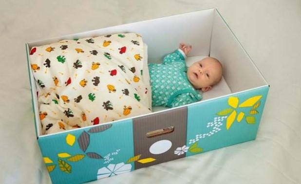 Не е за вярване! Всяко бебе спи в картонена кутия във Финландия! Научете защо