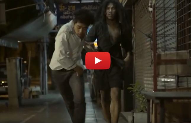 Когато този човек видя охранителната камера, нещо го накара да СПРЕ да удря този бездомник! (ВИДЕО)