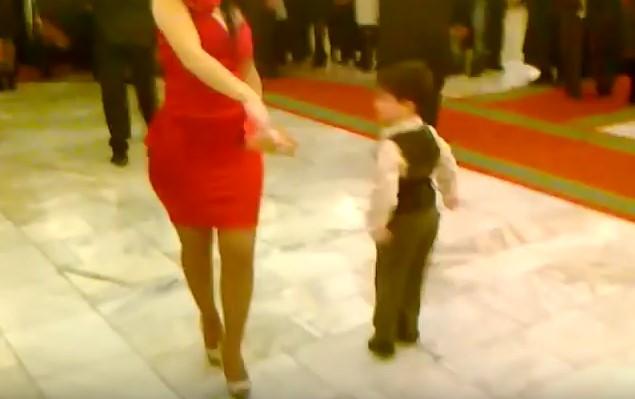 Той е малък, но вече знае как да сваля гаджета! Успя да закове мадамата пред цяла тълпа хора (ВИДЕО)