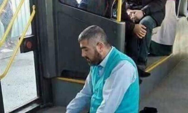 Социалните мрежи се взривиха от коментари! Вижте какво направи този мигрант в градския транспорт