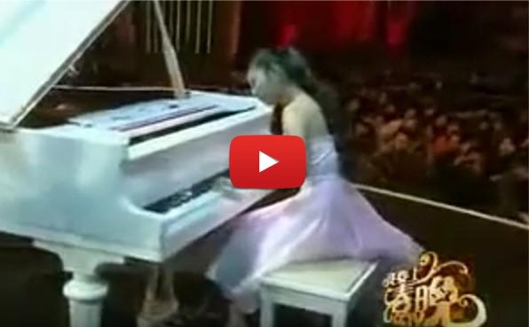 Когато момиченцето засвири на пианото, не предполагах, че едната й ръка няма пръсти. След това осъзнах, че няма невъзможни неща! (ВИДЕО)