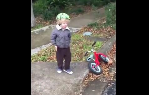 Момченце караше колело, засили се и падна! Но вижте изненадващата му реакция след падането му (ВИДЕО)