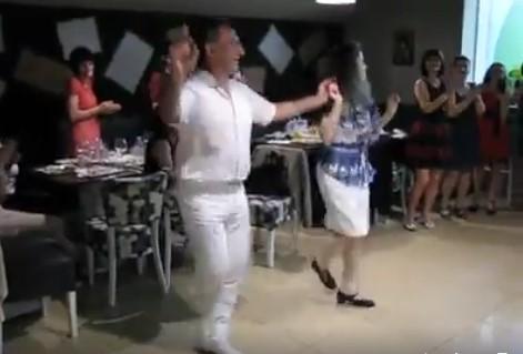 Тези двама БЪЛГАРИ направо ПОДЛУДИХА социалните мрежи! Вижте колко добри танцьори са! (ВИДЕО)