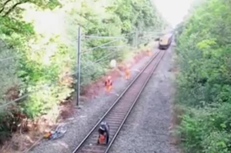 Пиян велосипедист застана на релсите и не видя влака, който идва. Вижте дали успяха да го спасят! (ВИДЕО)