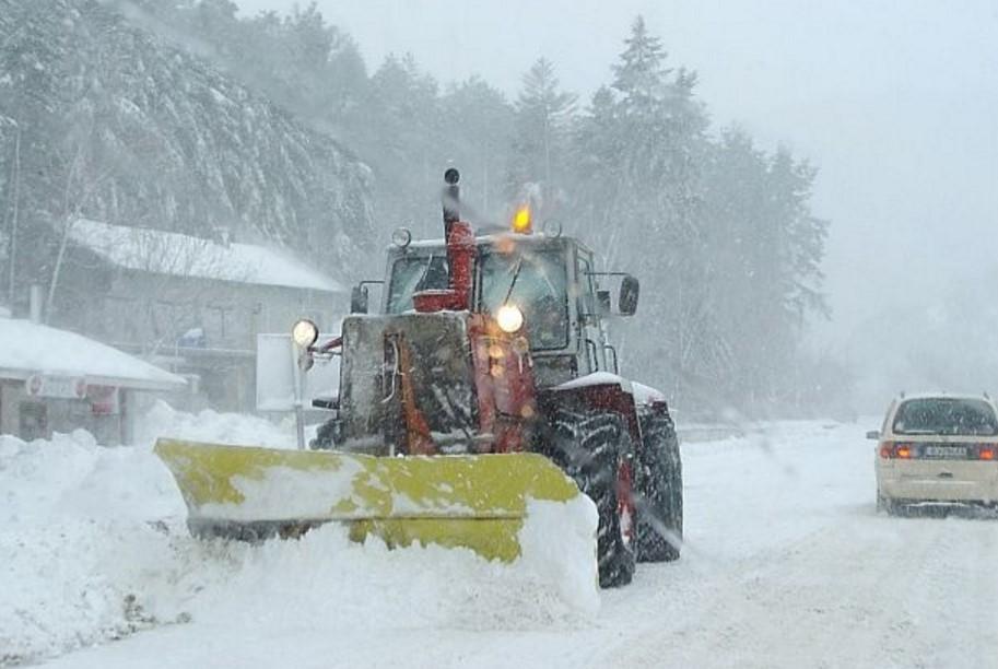 Снежен ад! Изкараха 3000 снегорина! Ето кои са затворените пътища, а в 10 области е забранено движението на ТИР-ове