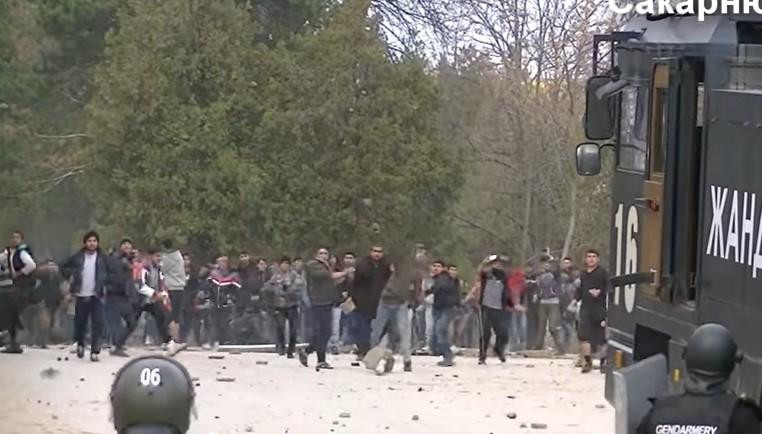 Война в Харманли! Линейки извозват ранени полицаи, бежанците рушат лагера и атакуват мощно (ВИДЕО)