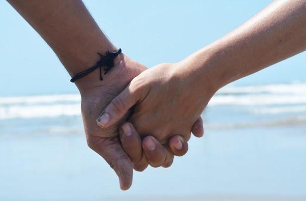 Докосването от близък човек премахва болката при жените! Експеримент показа колко е силна една емоционална връзка