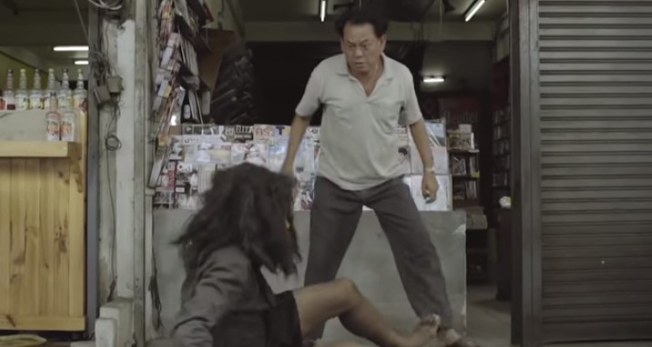 Когато този човек видя охранителната камера, нещо го накара да спре да удря този бездомник (ВИДЕО)