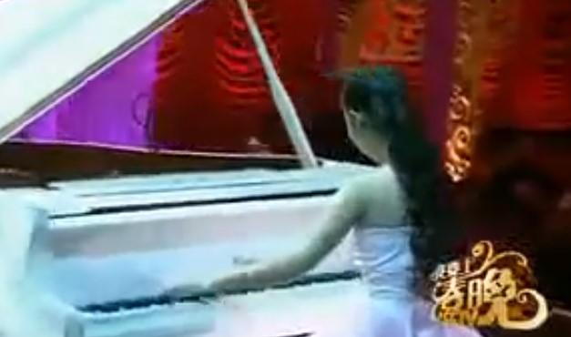 Когато момиченцето засвири на пианото, не предполагах, че едната й ръка няма пръсти. След това осъзнах, че няма невъзможни неща (ВИДЕО)