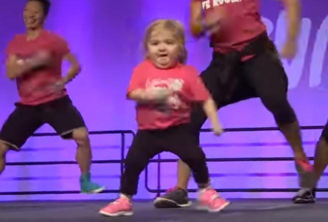 6-годишно момиченце превзе сцената и завладя сърцата на милиони! Само погледнете какво прави с краката си (ВИДЕО)