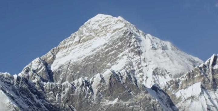 Спиращи дъха кадри от най-високия връх! Снимки на Еверест, заснети от вертолет (ВИДЕО)