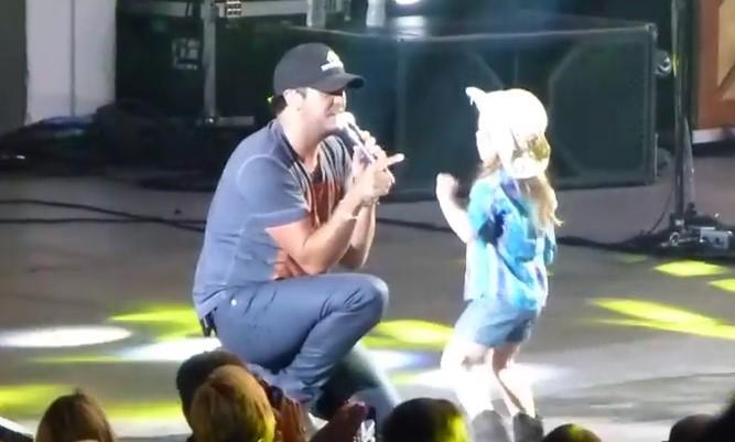 По време на концерт известен певец издърпа изненаданото момиченце на сцената! Ще се насладите на реакцията й (ВИДЕО)