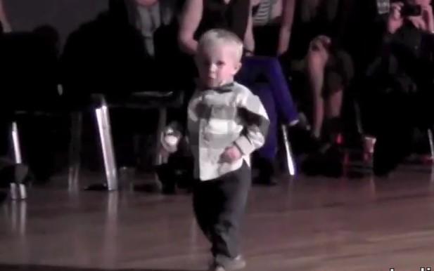 """Двугодишният Уилям ни разби със """"Затворнически рок"""" на Елвис Пресли! Танцът му е невероятен (ВИДЕО)"""
