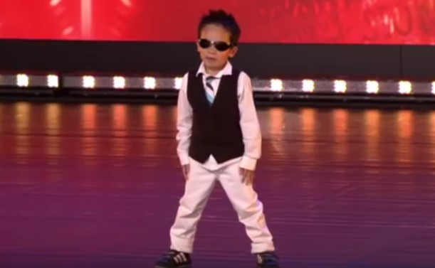 """Направо нямам думи, когато видях как това 4-годишно дете танцува """"Гангнам Стайл""""! Ще ви скрие шапката и на вас (ВИДЕО)"""