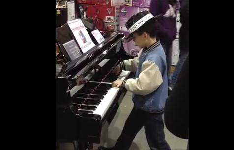 Когато това малко момченце се доближи до пианото в магазина, никой не очакваше какво ще последва (ВИДЕО)