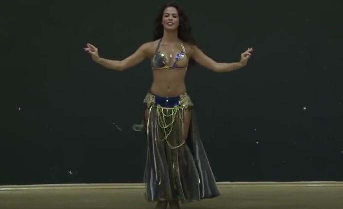 Покачете градуса на настроението си, гледайки този завладяващ ориенталски танц, изпълнен от талантливото момиче (ВИДЕО)