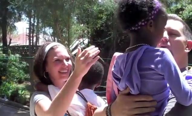 Уникална среща с безплодно семейство, което осиновява две деца. Реакцията им, когато децата се виждат за първи път (ВИДЕО)
