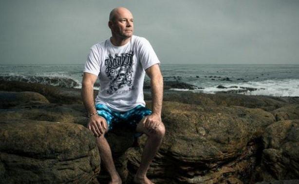 След повече от денонощие плуване в океана, среща с акули и нападение от чайки, този мъж оцеля! Вижте чудната му история