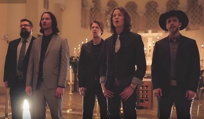 Когато чух тези мъже в църквата да пеят известната коледна песен настръхнах и останах без думи (ВИДЕО)