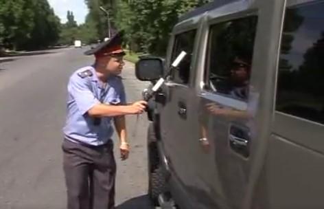 Ще се съсипете от смях! Този полицай спря луксозен автомобил, но се издъни (ВИДЕО)
