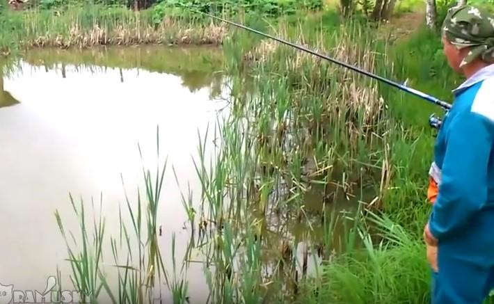 Рибар хваща рибка. Но никой не може да предположи какво се случи след като я извади! Ще се смеете много (ВИДЕО)