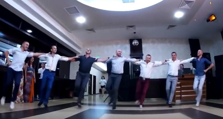 Градусът на настроението се ПОКАЧВА! Невероятно хоро от българска сватба ще ви напълни душата! (ВИДЕО)
