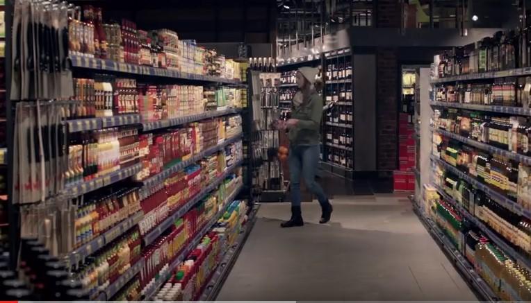 По всичко личи, че това си е нормален супермаркет. Но когато угаснаха лампите, всичко се промени (ВИДЕО)