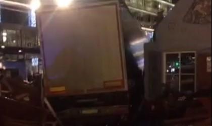 Удариха Германия в сърцето! Камион се вряза в Коледен базар, уби 9 и рани над 50 християни