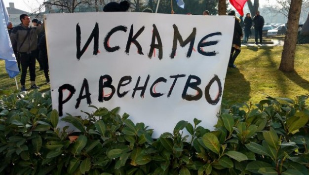 """Случва се в момента! Столичното кметство е под обсада. Роми пеят """"Моя страна, моя България"""" и протестират"""