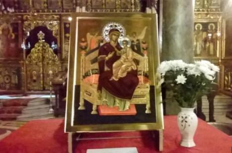 Икона на Богородица Всецарица в Русе гони злите сили, цери от тежки болести и премахва зависимости (ВИДЕО)