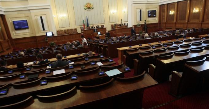 Страшен скандал в парламента, ГЕРБ и БСП се изклаха! Обидиха грозно Корнелия Нинова