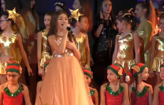 """Прекрасната Крисия ни просълзи! Изпя изумително """"Моя страна, моя България"""", за да помогне на болно дете (ВИДЕО)"""