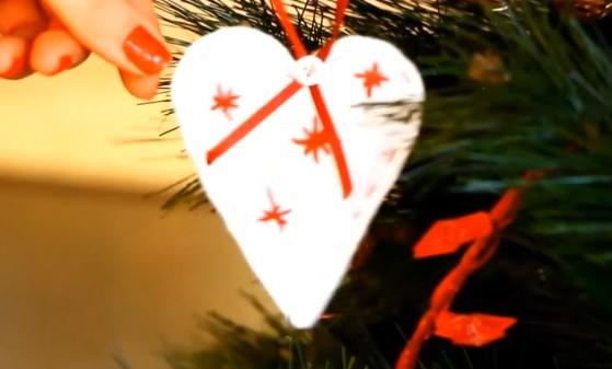 Лесно и приятно! Ето как сами да си направим Коледната украса (ВИДЕО)