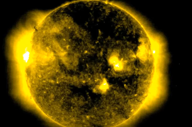 Невероятно! Уфолози видяха НЛО до Слънцето (ВИДЕО)