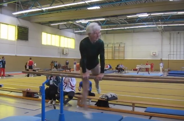 Баба ли? – ще се възмутите от такова определение, когато видите зашеметяващото упражнение на успоредка, което изпълнява една 90-годишна жена (ВИДЕО)
