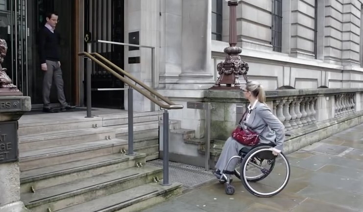 Има надежда! Инвалидите в количка вече преодоляват стъпалата само с натискане на един бутон! (ВИДЕО)