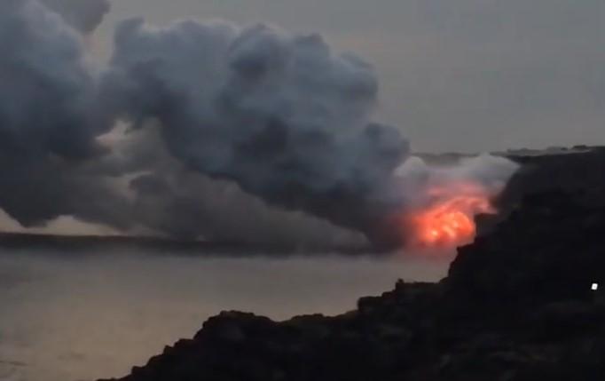 Брутална гледка! Цял къс от Хавайски остров буквално се срути в морето! Вижте и причината (ВИДЕО)