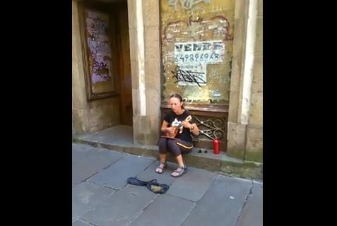 Ще останете без дъх, когато видите и чуете това изпълнение на тази улична музикантка! Ето защо я напълниха с пари (ВИДЕО)