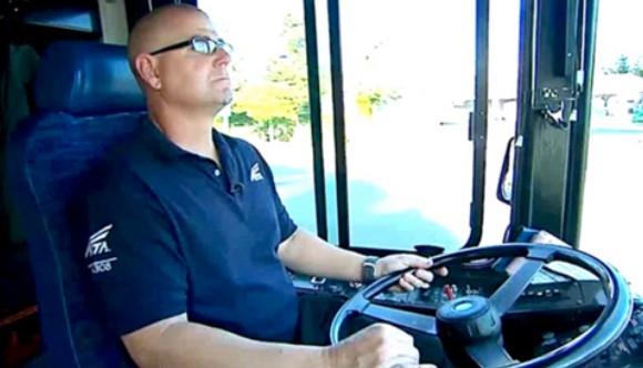 Драма в автобус – съобразителен шофьор заподозря, че едно дете е отвлечено. Постъпката му обаче е невероятна