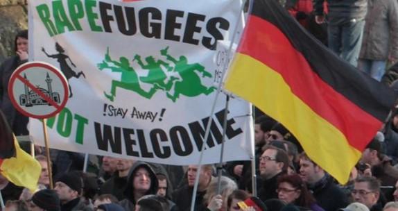 Нов ужас в Германия: Нагли бежанци ритали по лицето бебе в автобус, пребили лекари с колани